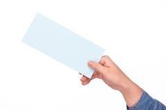 Вручите держать билет посадочного талона авиакомпании изолированный над белизной Стоковые Изображения RF