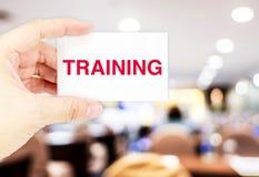 Вручите держать визитную карточку с словом тренировки на семинаре ha нерезкости Стоковые Изображения