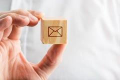 Вручите держать деревянный блок с значком конверта Стоковое Изображение