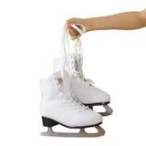 Вручите держать коньки льда женщины изолированный на серой предпосылке стоковые фото