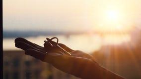 Вручите держать 3 ключа металла на предпосылке захода солнца, промышленном фоне, строя концепцию Стоковые Изображения
