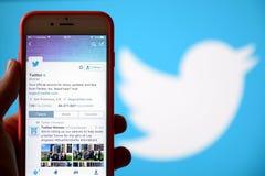 Вручите держать мобильный телефон и использование социального Twitter сети Стоковые Фотографии RF