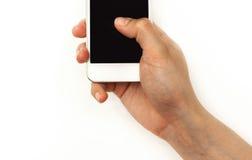 Вручите держать мобильный телефон, отжимая с большим пальцем руки на экране Стоковые Изображения RF