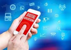 Вручите держать мобильный телефон с словом рекламы цифров с rel Стоковое Фото