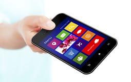 Вручите держать мобильный телефон с экраном применения над белизной Стоковые Фото