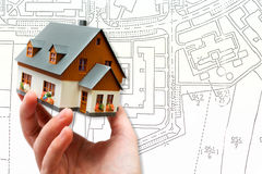 Вручите держать дом новой модели и план светокопии архитектуры стоковое изображение rf