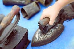 Вручите держать старый ржавый устарелый утюг стоя дальше Стоковая Фотография RF
