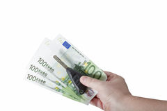Вручите держать счеты евро и ключи автомобиля изолированными Стоковые Фото