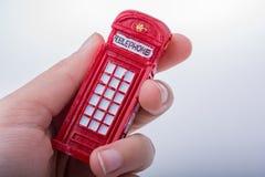 Вручите держать телефонную будку на белой предпосылке Стоковая Фотография RF