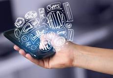 Вручите держать телефон с нарисованными рукой пузырями речи Стоковая Фотография RF