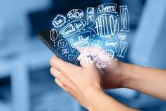 Вручите держать телефон с нарисованными рукой пузырями речи Стоковое фото RF