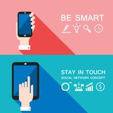 Вручите держать умные телефон и таблетку современный плоский дизайн Иллюстрация штока