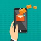 Вручите держать умный телефон в руке с сетью social электронной почты Сообщение посылает дальше мобильный телефон Маркетинг элект Стоковые Фото