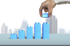 Вручите держать форму столбчатой диаграммы роста голубого блока полную Стоковые Фото