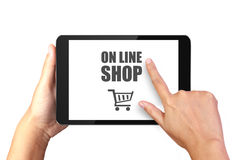 Вручите держать цифровую таблетку с онлайн покупками на дисплее стоковая фотография