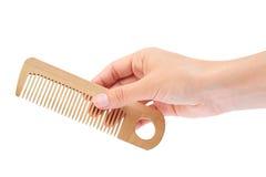 Вручите держать щетку волос изолированный на белой предпосылке Стоковые Изображения
