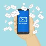 Вручите держать smartphone с много конвертов сообщения, маркетинг электронной почты бесплатная иллюстрация