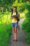 вручите женщину туриста карты Стоковые Изображения RF