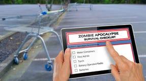 Вручите завершать контрольный списоок выживания апокалипсиса зомби на таблетке компьютера - перед пустым carpark супермаркета стоковые изображения rf