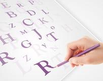 Вручите запись различных писем на белой чистой бумаге Стоковое Фото