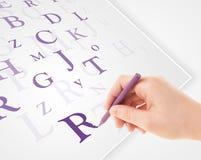 Вручите запись различных писем на белой чистой бумаге Стоковые Изображения RF
