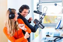 Вручители радио в радиостанции на воздухе Стоковые Изображения