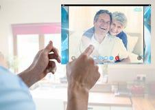 Вручите касающий стеклянный экран и социальный видео- интерфейс App болтовни стоковое фото rf