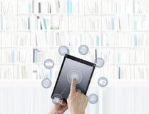 Вручите касающую цифровую таблетку при значки изолированные на задней части библиотеки Стоковые Изображения