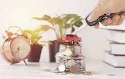 вручите ключ владением с автомобилем и деньгами, концепцию в покупать, продавать и страхование в кораблях стоковое изображение