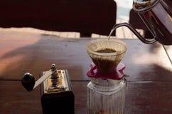 Вручите комплект кофе потека, кувшина потека металла стеклянный в винтажном тоне Стоковое Изображение
