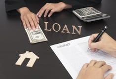 Вручите контракт документа знака для займа для того чтобы купить домой Стоковая Фотография RF