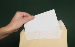 Вручите которое раскрывает письмо от коричневого габарита Стоковая Фотография RF