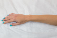 Вручите клиента после удаления волос лазера в салоне Стоковая Фотография