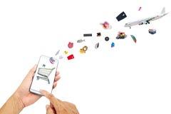 Вручите мужчины используя телефон с онлайн экраном покупок на белом b стоковая фотография