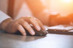 вручите мышь Компьютер бизнесмена Успех в бизнесе, контракт и важная концепция документа, обработки документов или юриста человек Стоковые Изображения