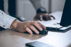 вручите мышь Компьютер бизнесмена Успех в бизнесе, контракт и важная концепция документа, обработки документов или юриста человек Стоковые Изображения RF
