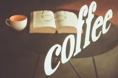 Вручите написанный кофе на стекле кафа с чашкой кофе или te Стоковое Фото