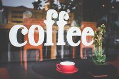 Вручите написанный кофе на стекле кафа с чашкой кофе или te Стоковые Фото