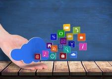 вручите остатки на таблице с облаком сверх и значки применения приходя вверх по форме оно Голубая стена позади Стоковые Фото