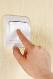 Вручите поверните выключатель на стене Стоковое фото RF