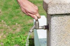 Вручите потек воды отверстия от водопроводного крана в парке Стоковая Фотография RF