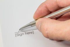 Вручите подписание контракта с серебряной ручкой Стоковое Фото