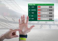 Вручите подсчитывать с держа пари стадионом интерфейса App Стоковая Фотография RF