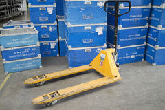 Вручите подъем и пластичные коробки в складе фабрики Стоковые Фотографии RF