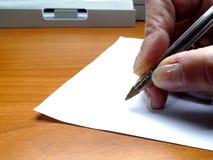 Вручите при ручка подписывая бумагу Стоковая Фотография