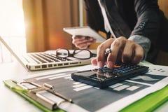 Вручите работу с финансами о цене и калькуляторе стоковое фото rf