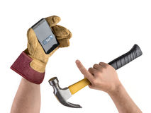 Вручите рабочий-строителя с молотком и smartphone, приобретением внутри Стоковая Фотография RF