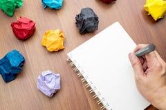 Вручите сочинительство на открытом пустом острословии белой книги и карандаша связывателя кольца Стоковая Фотография RF