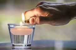 Вручите с более светлым освещением свечка Стоковые Изображения