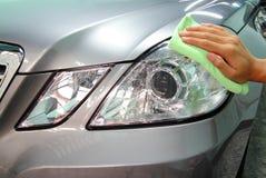 Вручите с microfiber wipe полировать автомобиля Стоковые Фото